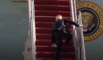 Biden-stolpert-als-er-an-Bord-der-Air-Force-One-geht-Video